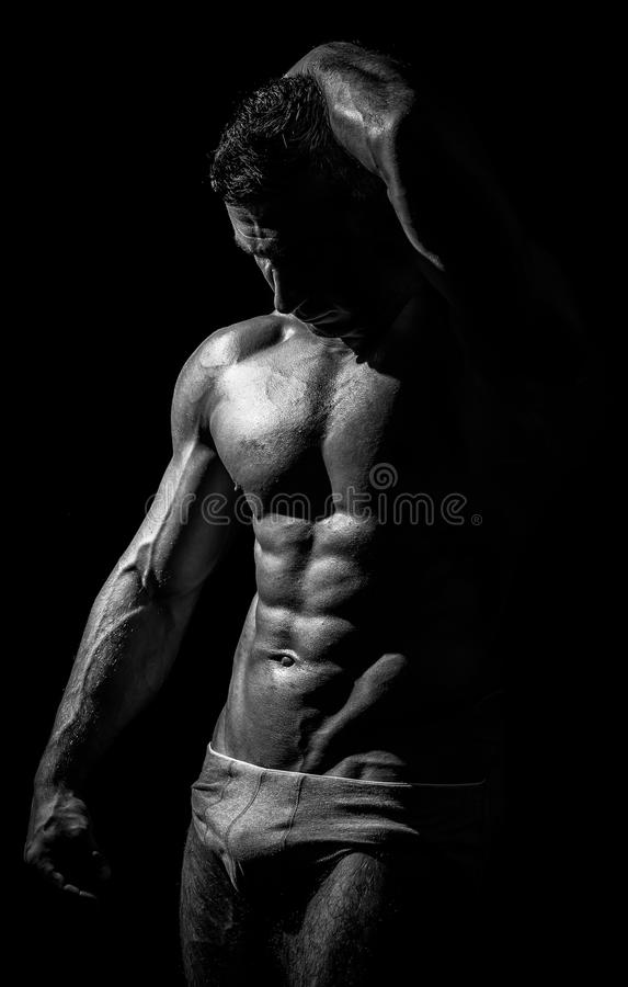 Lanzamiento blanco y negro del estudio del hombre atlético fuerte fotografía de archivo