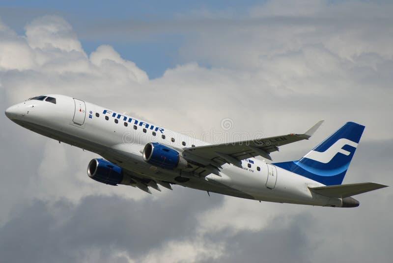 Lanzamiento de Finnair Embraer foto de archivo