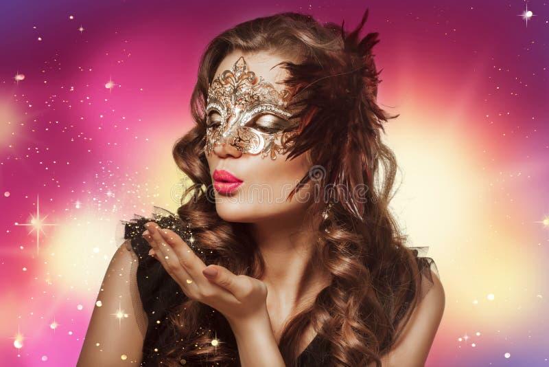 Lanzamiento de la belleza de la mujer morena elegante en máscara del carnaval imagen de archivo