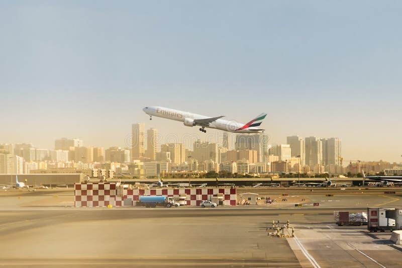 Lanzamiento de la línea aérea de los emiratos y los edificios de Dubai en el fondo foto de archivo