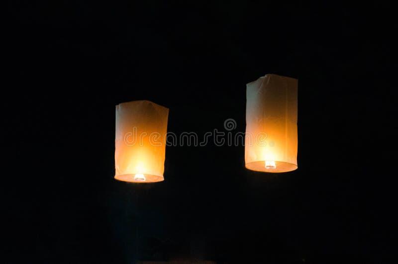 Lanzamiento de la linterna durante Yi Peng en Chiang Mai imágenes de archivo libres de regalías