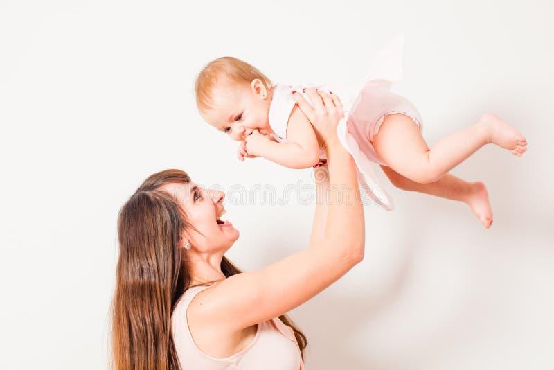 Lanzamiento de la madre encima del bebé fotografía de archivo libre de regalías