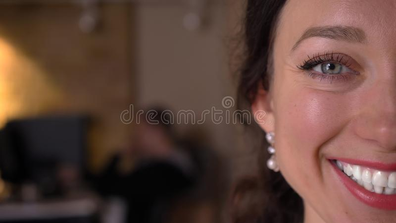 Lanzamiento de la mitad-cara del primer de la cara de la mujer bonita joven del caucásico con los ojos que miran derecho la cámar imágenes de archivo libres de regalías