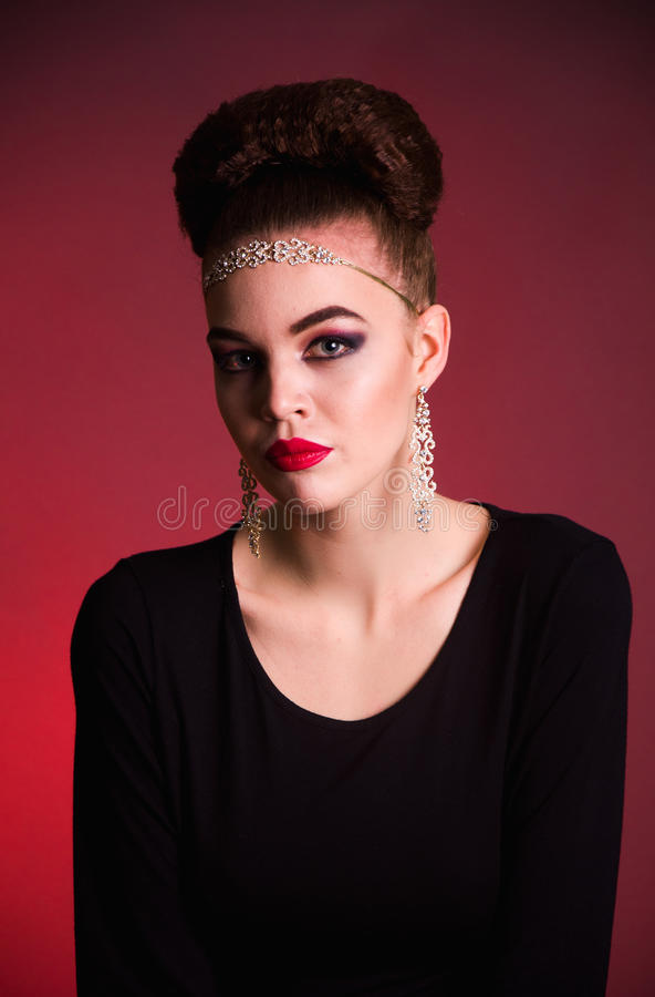 Lanzamiento de la moda de la muchacha en el estudio imagen de archivo