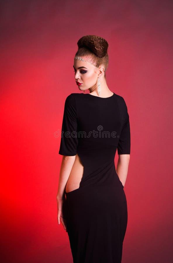 Lanzamiento de la moda de la muchacha en el estudio imagenes de archivo