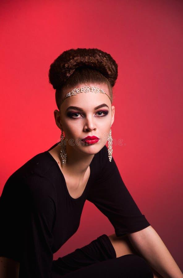 Lanzamiento de la moda de la muchacha en el estudio fotografía de archivo