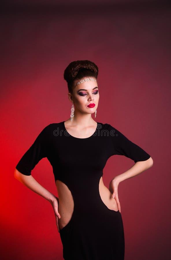 Lanzamiento de la moda de la muchacha en el estudio foto de archivo