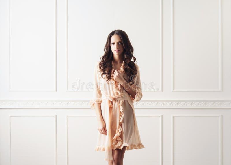 Lanzamiento de la moda de la mujer hermosa en bata foto de archivo