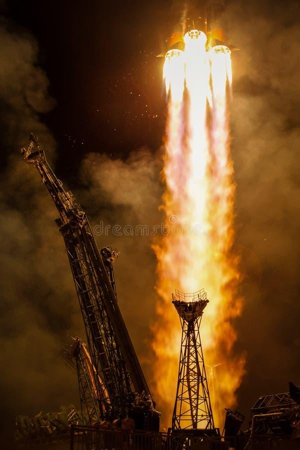 Lanzamiento de la nave espacial en la noche fotos de archivo libres de regalías