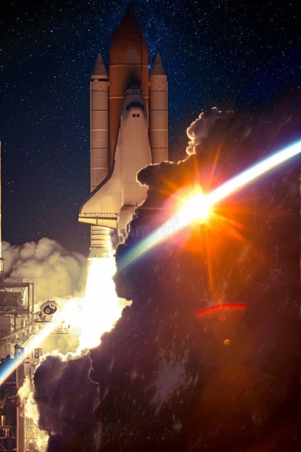 Lanzamiento de la nave espacial en la noche imagenes de archivo