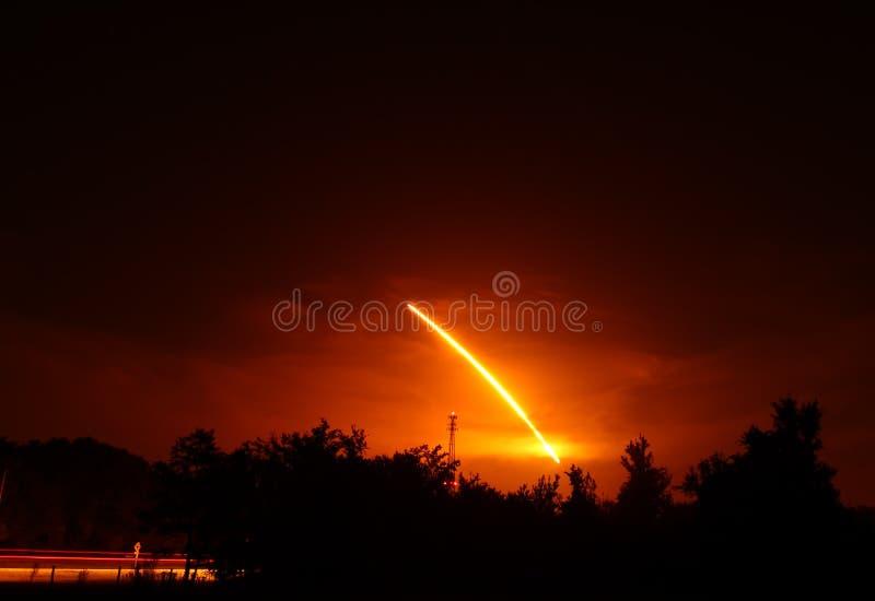 Lanzamiento de la noche del descubrimiento de la lanzadera de espacio fotografía de archivo libre de regalías