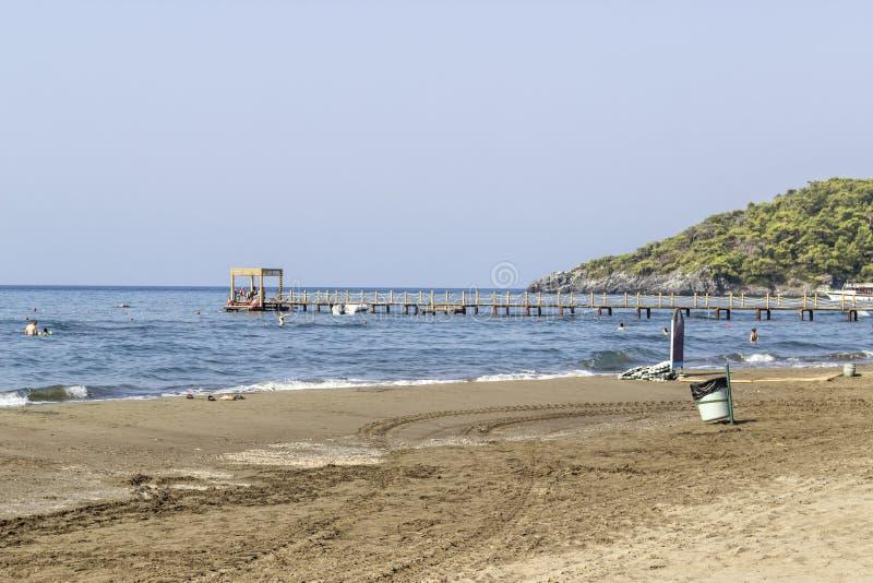 Lanzamiento de la perspectiva de la costa costa vacía del mar Mediterráneo en Turquía imagenes de archivo