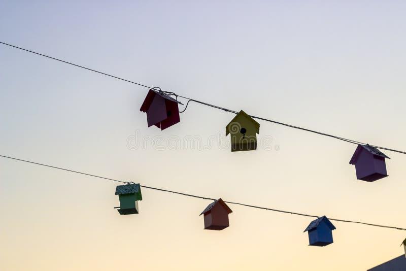 Lanzamiento de la perspectiva de las casas dulces del pájaro en el tiempo de la puesta del sol imágenes de archivo libres de regalías