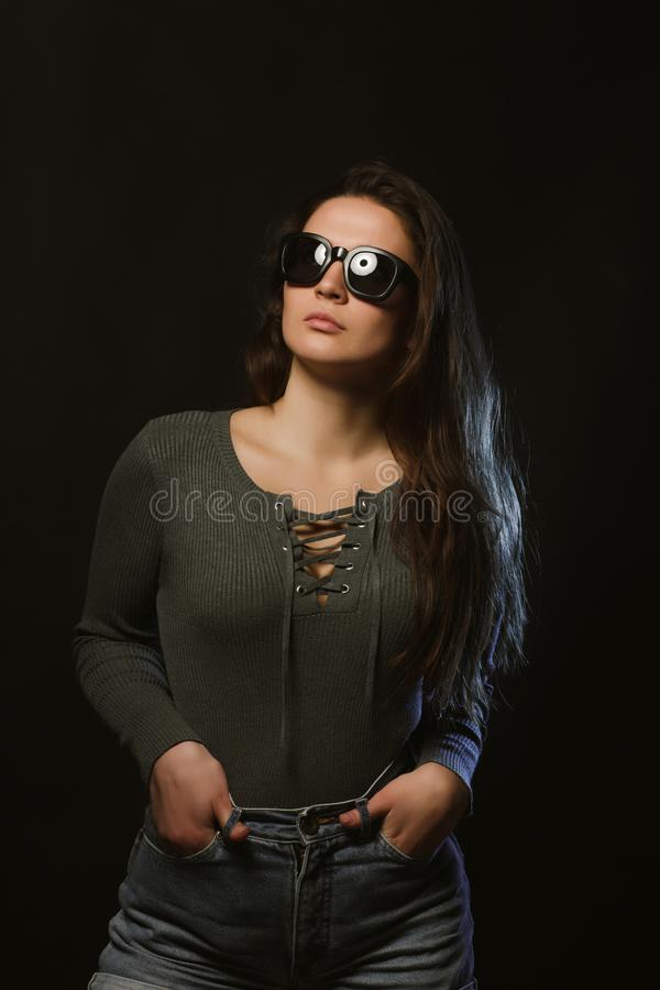 Lanzamiento de la prueba modelo de moda de la muchacha del encanto que nos presenta en estudio oscuro fotos de archivo