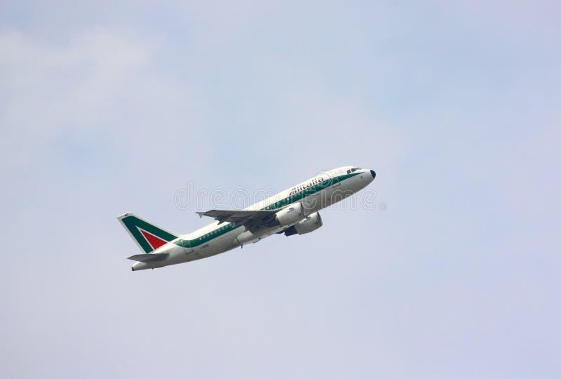 Lanzamiento del aeroplano de Alitalia fotografía de archivo libre de regalías