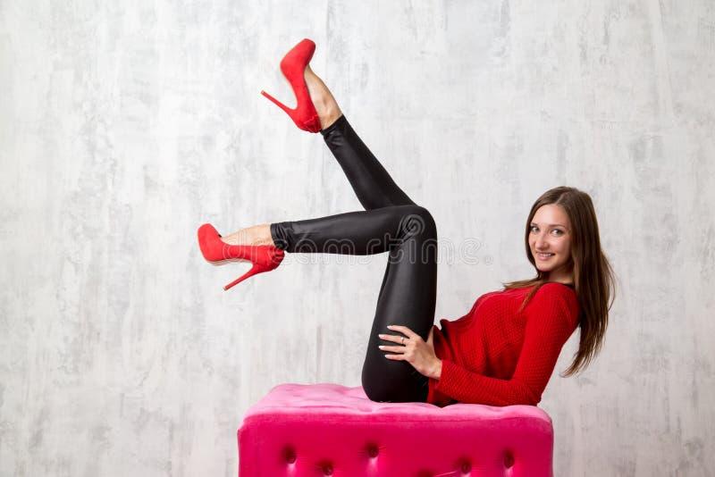 Lanzamiento del estudio de la moda de presentar a la mujer en suéter rojo fotos de archivo