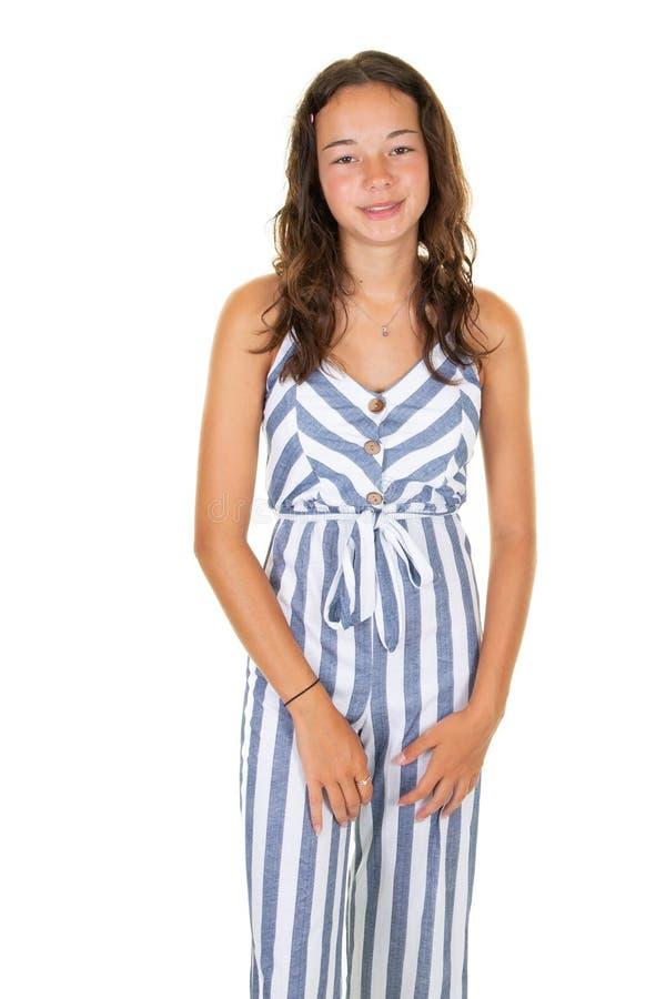 Lanzamiento del estudio de la muchacha adolescente de la moda elegante que mira la cámara aislada sobre el fondo blanco foto de archivo libre de regalías