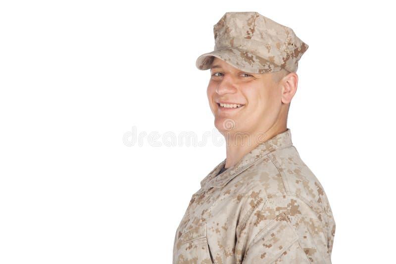 Lanzamiento del estudio del soldado del ejército que saluda y sonriente fotos de archivo