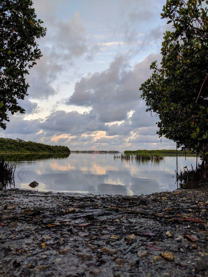 Lanzamiento del kajak, mañana colorida del cielo del agua fotos de archivo libres de regalías