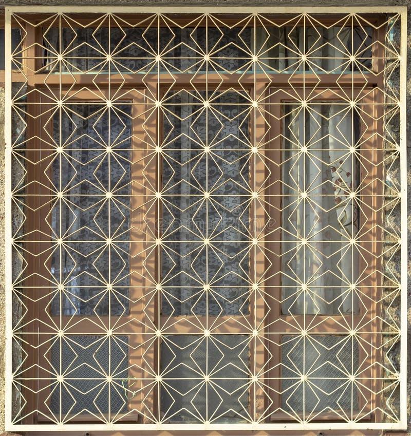 Lanzamiento delantero de la estructura verde tradicional de la seguridad de la ventana del metal en pueblo turco fotografía de archivo libre de regalías