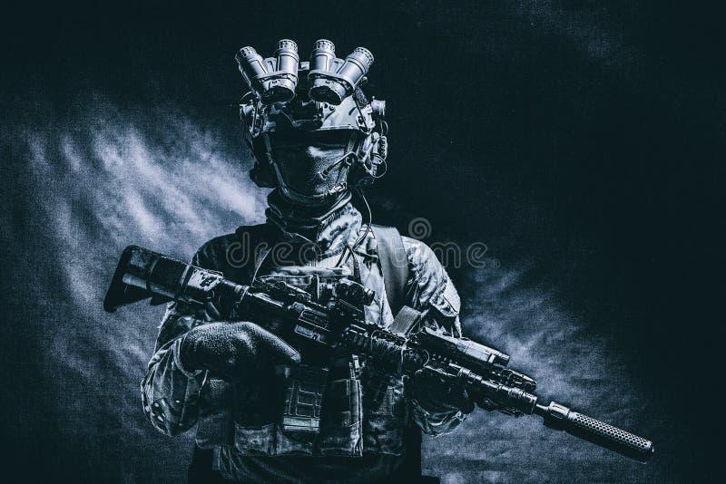 Lanzamiento oscuro del estudio del combatiente de las fuerzas especiales de ejército imagen de archivo