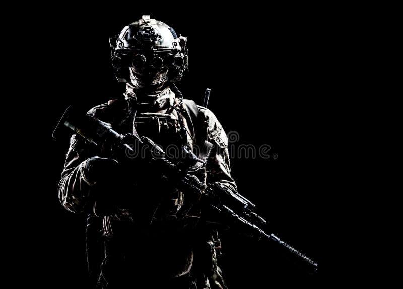 Lanzamiento oscuro del estudio de la pistola de las fuerzas especiales de ejército foto de archivo libre de regalías