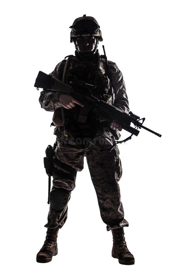 Lanzamiento oscuro del estudio del soldado de infantería moderno del ejército imagen de archivo libre de regalías