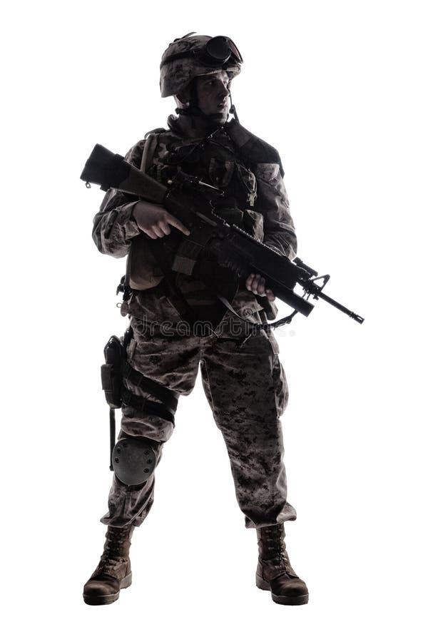 Lanzamiento oscuro del estudio del soldado de infantería moderno del ejército fotografía de archivo libre de regalías