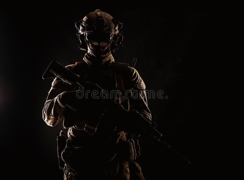 Lanzamiento oscuro del estudio del soldado de las fuerzas especiales de ejército imagenes de archivo