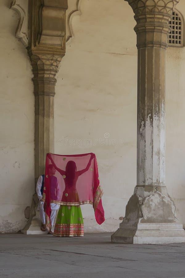 Lanzamiento rojo de la boda del fuerte de pares preciosos en sari fotos de archivo libres de regalías