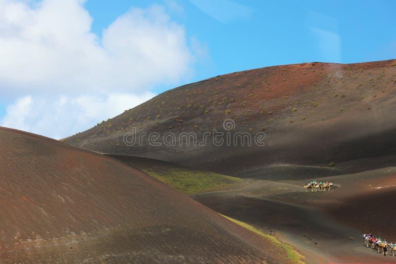 LANZAROTE, ESPAÑA - 20 DE ABRIL DE 2018: el paisaje increíble del desierto del parque nacional de Timanfaya con las arenas rojas  foto de archivo