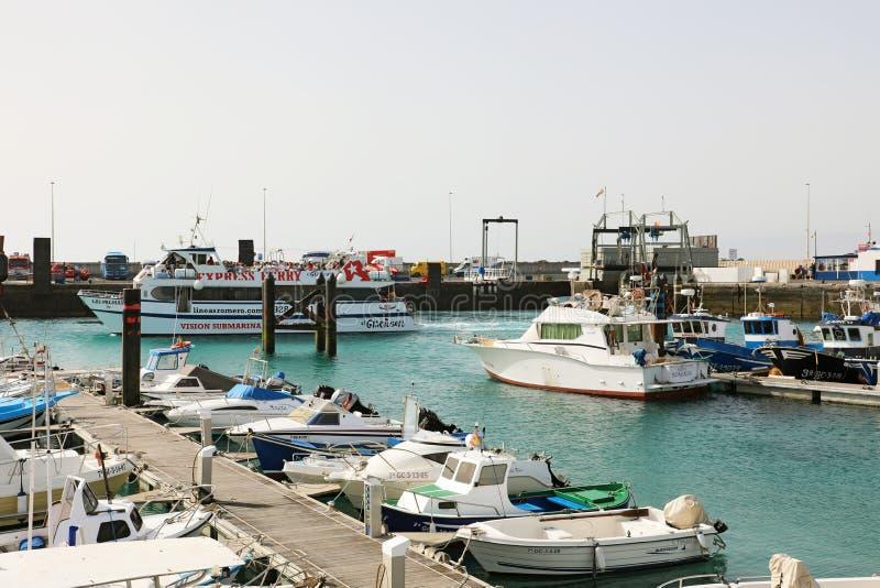 LANZAROTE, ESPAGNE - 18 AVRIL 2018 : Port de Muelle de Playa Blanca avec le ferry et les bateaux, Lanzarote, Îles Canaries, Espag images stock