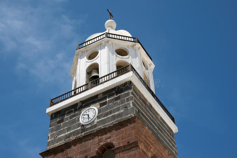 LANZAROTE, KANARIE ISLANDS/SPAIN - 9 AUGUSTUS: Kerkklokketoren i royalty-vrije stock foto's