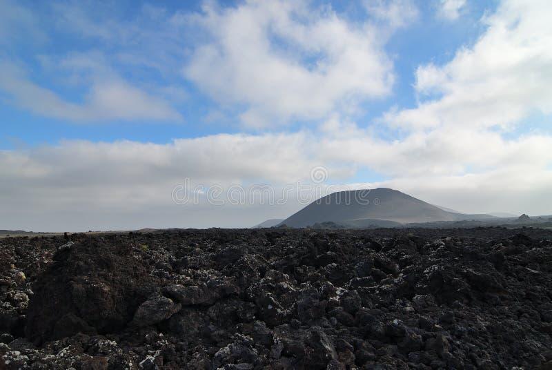 Lanzarote kształtuje teren przy rankiem, lawowy pole i wulkan zdjęcie stock