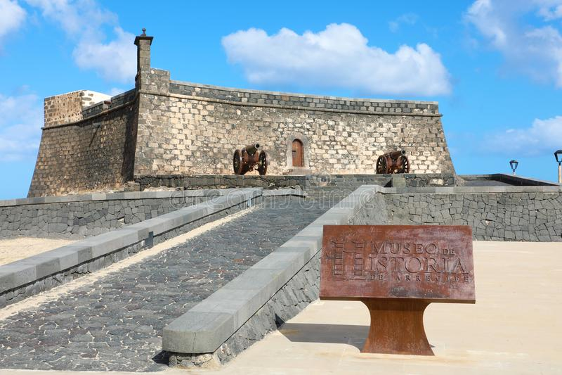 LANZAROTE SPANIEN - APRIL 20, 2018: Slott av St Gabriel med Museo de Historia de Arrecife, Lanzarote, Spanien royaltyfri foto