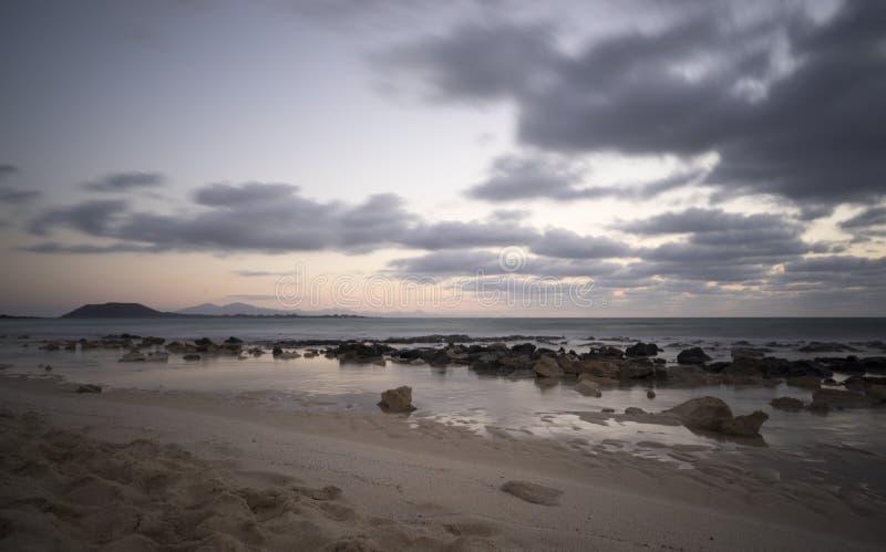 Lanzerote gesehen von Fuertaventura lizenzfreie stockbilder