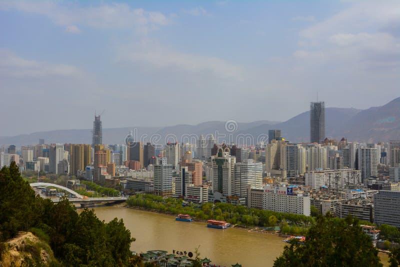 LanZhou huvudstaden av det Gansu landskapet i Kina som denna stad har en av den största floden i Kina, kallade Yellow River arkivfoton