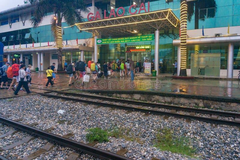 Lao Cai-station met toeristen en plaatselijke bewoners op regenachtige dag royalty-vrije stock afbeeldingen