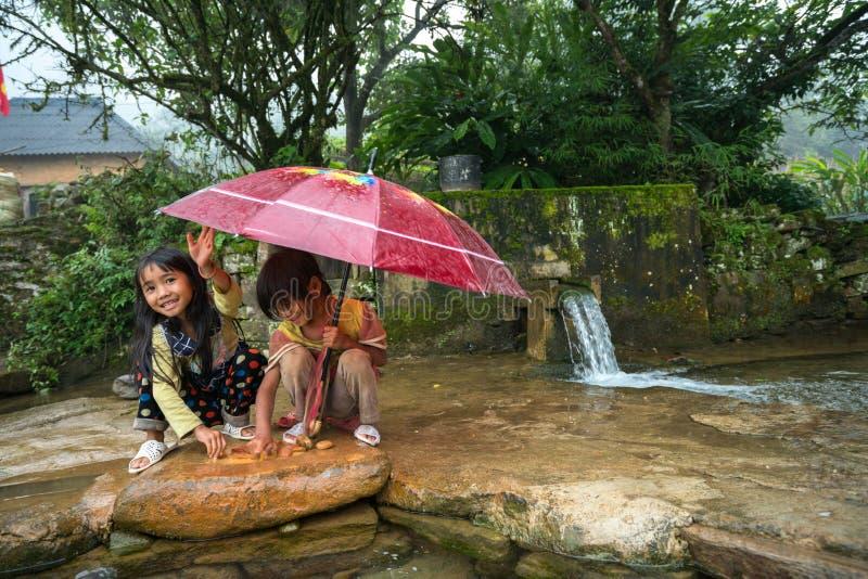 Lao Cai, Vietnam - 7 Sep, 2017: Etnische minderheidkinderen die bij de kleine lente in Y Ty, het district van Knuppelxat spelen royalty-vrije stock foto