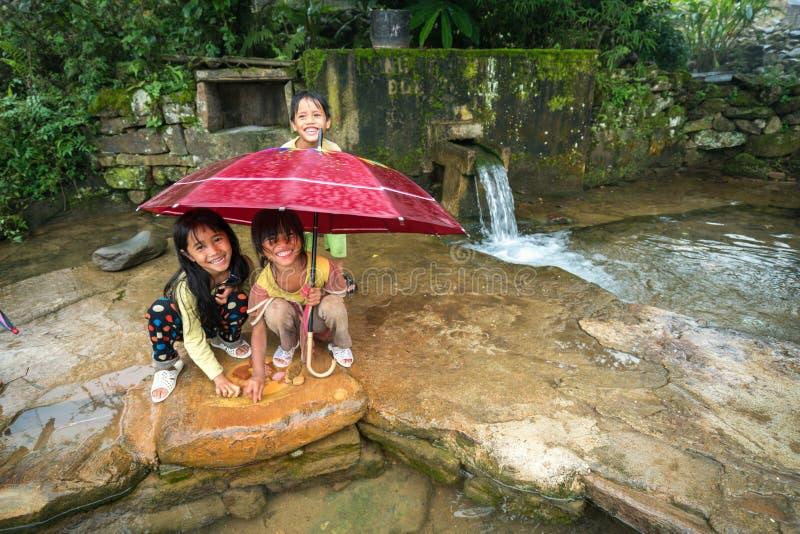 Lao Cai, Vietnam - 7 Sep, 2017: Etnische minderheidkinderen die bij de kleine lente in Y Ty, het district van Knuppelxat spelen stock afbeelding