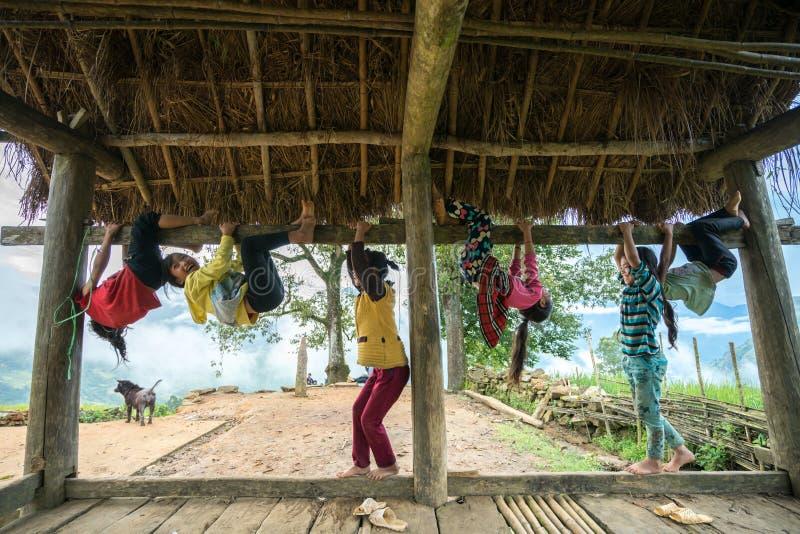 Lao Cai, Vietnam - 7 Sep, 2017: Etnische minderheidkinderen spelen openlucht in Y Ty, het district van Knuppelxat royalty-vrije stock fotografie
