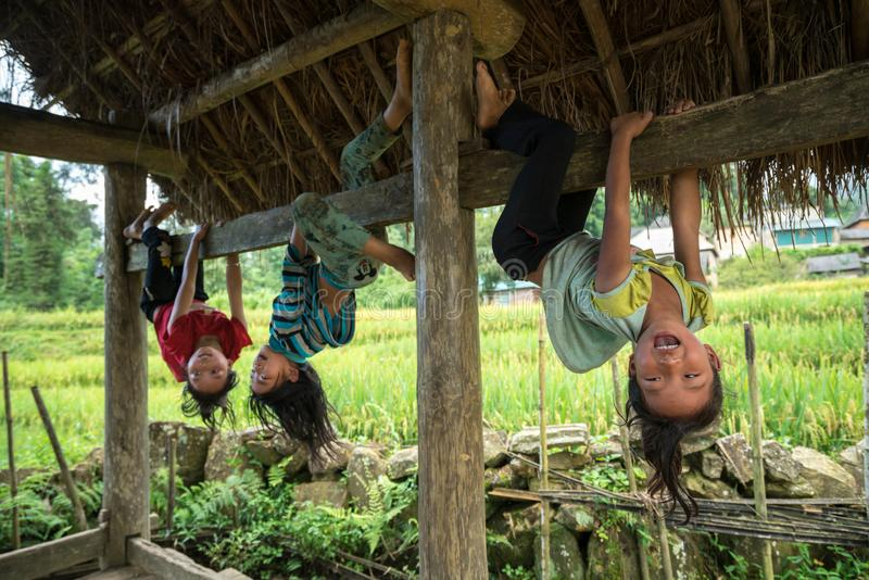 Lao Cai, Vietnam - 7 Sep, 2017: Etnische minderheidkinderen spelen openlucht in Y Ty, het district van Knuppelxat stock afbeeldingen
