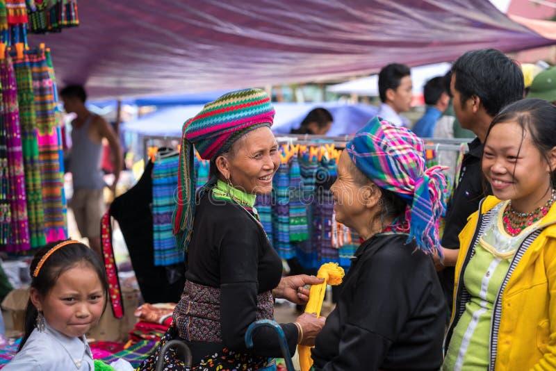 Lao Cai, Vietnam - 7 Sep, 2017: Etnische minderheidmensen bij lokale markt in Y Ty, het district van Knuppelxat stock afbeeldingen