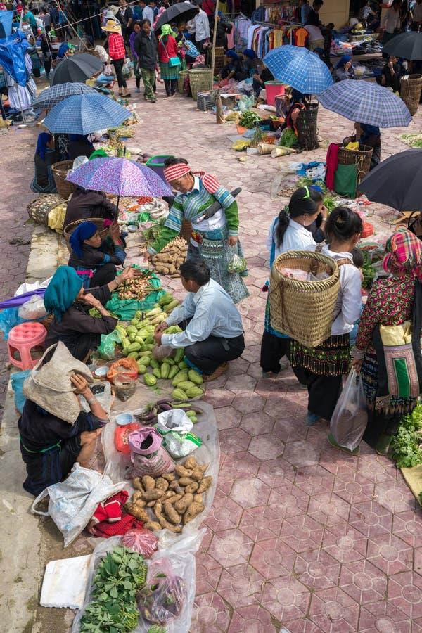 Lao Cai, Vietnam - 7 Sep, 2017: Lokale markt in Y Ty, het district van Knuppelxat De meeste etnische minderheidmensen gaan naar d stock afbeelding