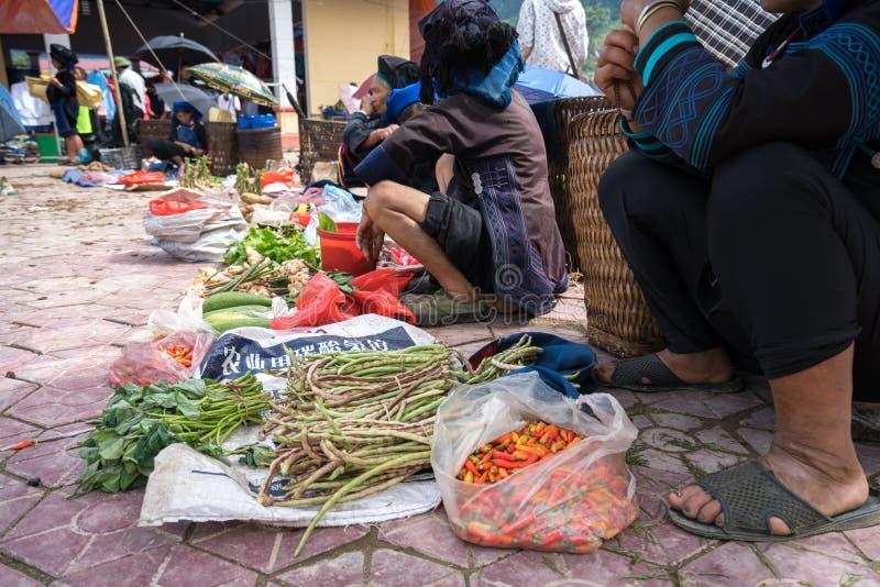 Lao Cai, Vietname - 7 de setembro de 2017: Mercado local em Y Ty, distrito de Xat do bastão A maioria de povos da minoria étnica  fotos de stock