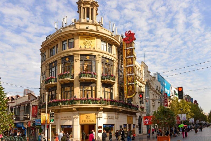 Lao Feng Xiang jewelry Store på Nanjing Road i Shanghai, Kina fotografering för bildbyråer
