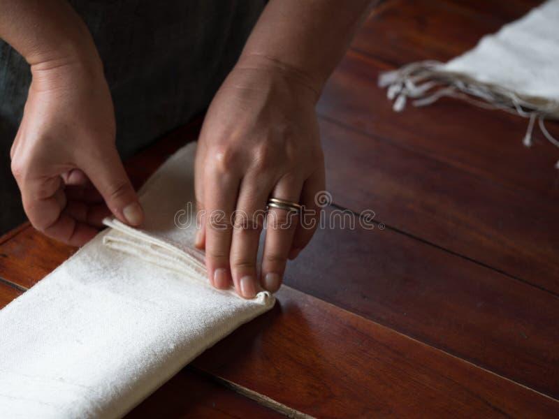 Lao tradicional que tece e que tinge-se, Luang Phabang imagem de stock royalty free
