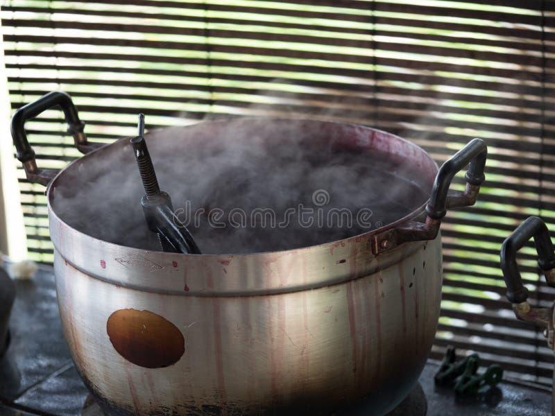 Lao tradicional que tece e que tinge-se, Luang Phabang foto de stock