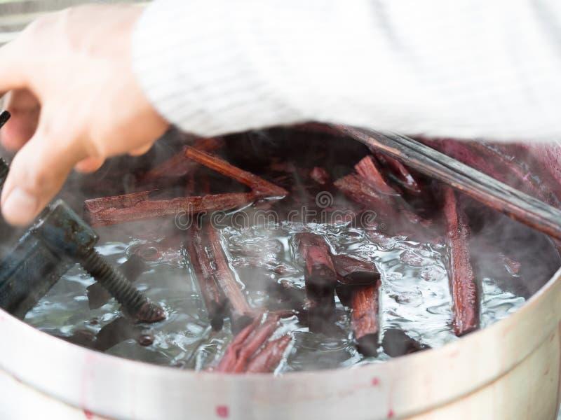 Lao tradicional que tece e que tinge-se, Luang Phabang fotografia de stock