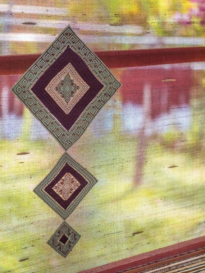 Lao tradicional que tece, Luang Phabang imagens de stock